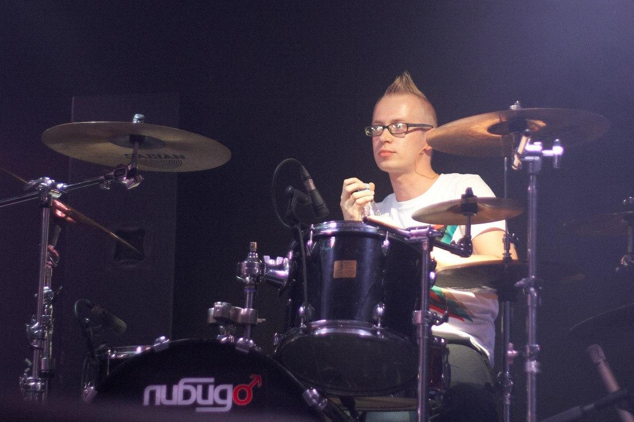 Руслан Сударев - барабаны,перкуссия,сэмплы